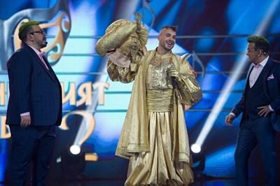 Кристиан Кирилов сваля маската на Златния пред очите на водещите Геро и Зуека СНИМКА: Кадър: Нова тв