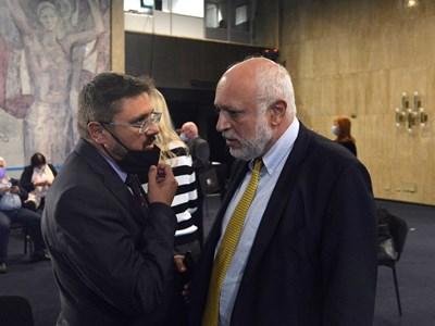 Кирил Вълчев разговаря с министър Минеков преди дискусията. СНИМКА: Йордан Симeонов
