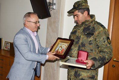Кметът на Сандански Атанас Стоянов връчи почетния знак на мл. сержант Атанас Секулов.