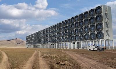 """Илюстрация на проекта на """"Майкрософт"""" за улавяне на въглерод с големи вентилатори, които да насочват струята към филтри.  СНИМКА: КАРБОН ЕНДЖИНИЪРИНГ"""