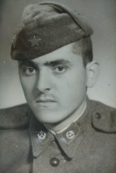 Убитият редник Никола Бояджийски като войник. Той бил разстрелян на именния си ден през 1967 г. СНИМКИ: Личен архив и авторът