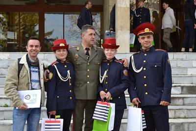 Отборът победител с наставника Георги Баев и бриг. ген. Иван Маламов