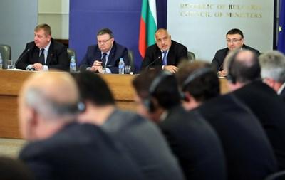 Премиерът Бойко Борисов, главният прокурор Сотир Цацаров и вътрешният министър Младен Маринов на срещата с посланиците. СНИМКА: Пиер Петров