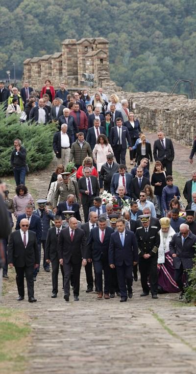 Президентът Румен Радев и кметът на Велико Търново Даниел Панов начело на традиционното шествие в града. СНИМКА: ПРЕССЕКРЕТАРИЯТ НА ПРЕЗИДЕНТА