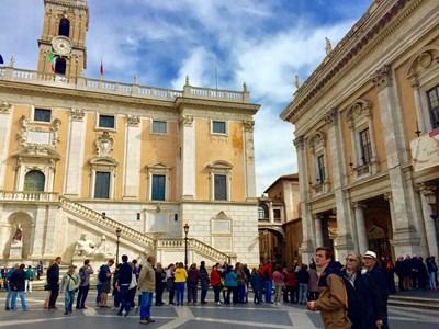 Опашки се извиха пред Капитолийските музеи. СНИМКИ: Виолина Христова