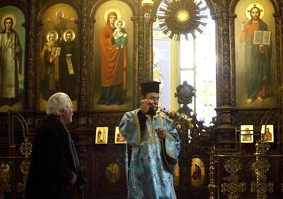 """Духовниците от столичния храм """"Св. св. Кирил и Методий"""" включиха във вечерната служба и молебния канон към Св. Богородица."""
