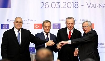 Борисов, Туск, Ердоган и Юнкер се хванаха за ръце в края на пресконференцията във Варна. СНИМКИ: Ройтерс