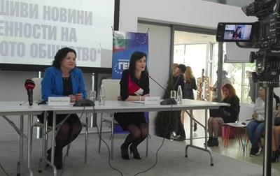 Мария Габриел и Ивелина Василева по време на дискусията в Бургас. Снимка:24 часа