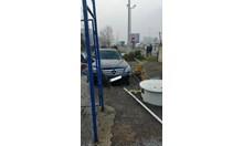 Вижте снимки на колата, забила се в бензиностанция в София (Снимки)