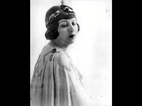 Певицата в разцвета на кариерата си в ролята на Орфей.