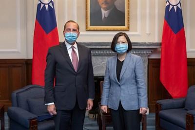 Американският здравен министър Алекс Азар се срещна с президентката на Тайван Цай Инвън в Тайпе, което е нова хвърлена ръкавица към Китай. Пекин смята самоуправляващия се остров за своя територия.  СНИМКА: РОЙТЕРС
