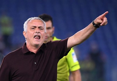 """Треньорът на """"Рома"""" Жозе Моуриньо дава разпалено наставления в домакинския двубой със """"Сасуоло"""", в който """"вълците"""" трудно стигнаха до успех с 2:1.  СНИМКА: РОЙТЕРС"""