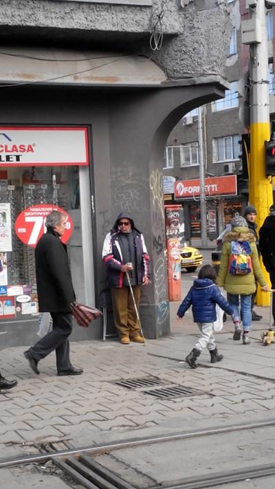 """Просякът , който стои на ъгъла на """"Граф Игнатиев"""" и """"Васил Левски"""" в столицата. СНИМКА: АВТОРЪТ"""