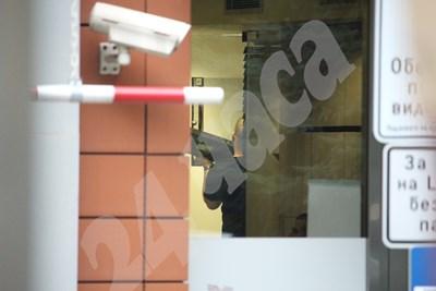 Служители на ГДБОП изземват сървърите и компютрите на фирмата. Снимки НИКОЛАЙ ЛИТОВ СНИМКА: 24 часа