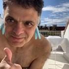 Васко Василев се гизди с щипки за пране на ушите