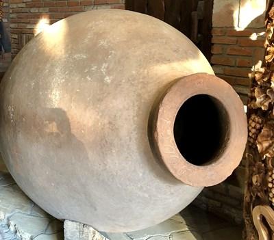 Квеври - в такива огромни глинени делви ферментира и се съхранява грузинското вино.