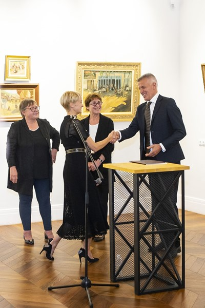 Галеристката Деница Гергова поздравява колекционера Красимир Дачев. Вляво е известната изкуствоведка Бисера Йосифова. СНИМКИ: АРХИВ НА ГАЛЕРИЯТА