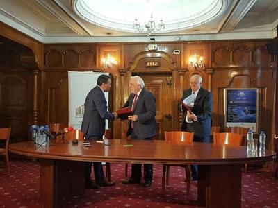 Шефът на борда на директорите на НДК Борислав Велков и акад. Пламен Карталов се ръкуват