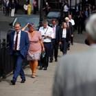 Британски депутати се редят на опашка пред парламента, за да гласуват дали да прекратят строгите мерки.