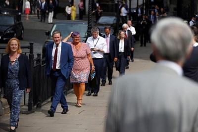 Британски депутати се редят на опашка пред парламента, за да гласуват дали да прекратят строгите мерки. СНИМКА: РОЙТЕРС