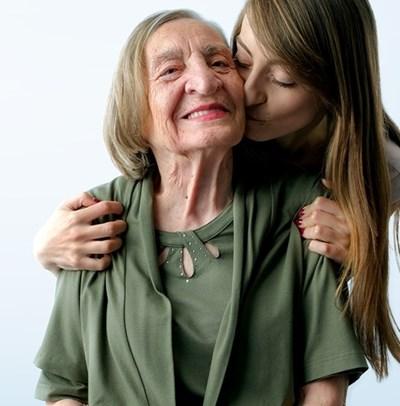 """Снимката, която е част от рекламната кампания, е със заглавие """"Баба герой"""". Така е наречена жената, участвала в социалния експеримент заедно с внучката си."""