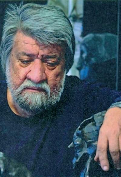 """Вежди Рашидов в момент на размисъл в ателието си СНИМКИ: ИЗ АЛБУМА """"ВЕЖДИ"""""""