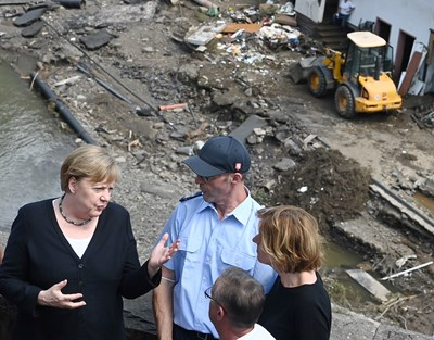 Ангела Меркел обхожда опустошениите от наводненията райони в Германия. Снимки: Ройтерс