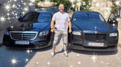 Иван Балабанов позира пред лимузините си.