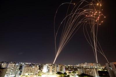 Управляващата ивицата Газа ислямистка групировка Хамас заяви, че е изстреляла над 130 ракети към Тел Авив. Снимка Ройтерс