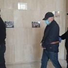 Станимир Рагевски влиза с белезници и под строга охрана в Бургаския районен съд. Снмики:Авторът