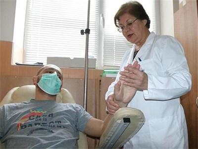 Проф. Кузманова обяснява какво лечение ще бъде проведено в клиниката.  СНИМКИ: НАТАША МАНЕВА
