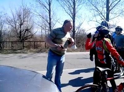95ed0e48e40 Представил се за прокурор се нахвърлил с обидни думи към велосипедисти край Елин  Пелин, след като първоначално за малко щял да отнесе двама от тях на пътя.