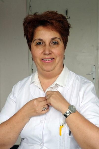 """Д-р Кирилова е завършила Медицинския университет - Плевен, през 1990 г. Взема специалност """"Вътрешни болести"""" през 1995 г. и търси начин да специализира ендокринология, когато в кюстендилската болница, където работи, откриват място за алерголог. Решава се бързо и днес въобще не съжалява за избора си. На нея разчитат около 500 диспансеризирани пациенти с алергии в Кюстендил и Дупница. СНИМКА: Алексей Димитров"""