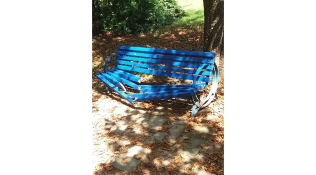 Вандал потрошиха четири пейки в Парка на младежта в Русе