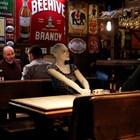 Манекени са поставени на маси в бар в Истанбул, за да се спазва дистанция.