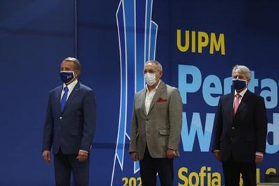 Андрей Кузманов (в средата) по време на награждаването на призьорите в кръга от Световната купа по модерен петобой, който се проведе в София. СНИМКА: Българска федерация по модерен петобой