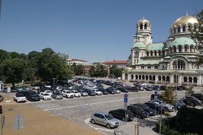 """Депутатският паркинг около храм """"Св. Александър Невски""""  СНИМКА: """"24 ЧАСА"""""""