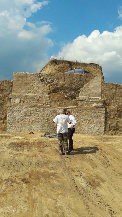 Министърът на културата Боил Банов посети разкопките в Маноле. Археологът Костадин Кисьов го запозна с голямата находка. Снимки: 24 часа