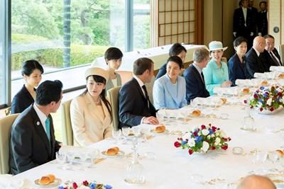 Еманюел Макрон на обяда с новия японски император Нарухито СНИМКИ: Ройтерс