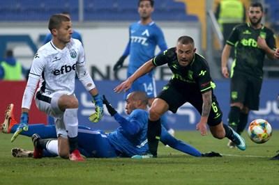 """След секунда Паулиньо ще се изправи и ще довкара топката във вратата на """"Витоша"""". СНИМКА: Владимир Стоянов"""