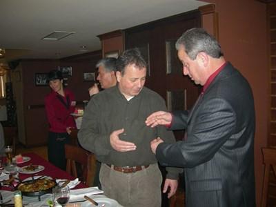Ники Москов получава почетната значка на Ловеч от тогавашния кмет Минчо Казанджиев