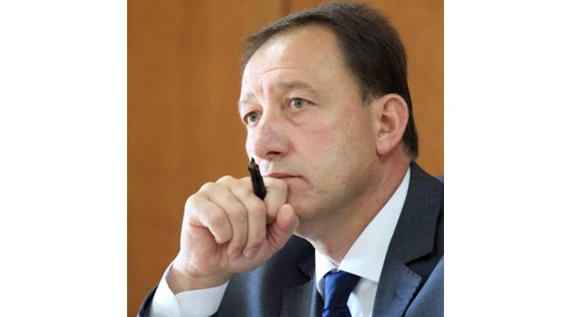 Тайни съветници и явни клакьори обясняват загубата на БСП с причини извън К. Нинова
