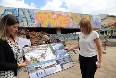 """Столичният кмет Йорданка Фандъкова провери ремонта на басейна и физкултурния салон на 30-о училище в район """"Възраждане"""". Басейнът, който стои затворен над 30 г., ще заработи отново напролет.  СНИМКА: ГЕО КАЛЕВ"""