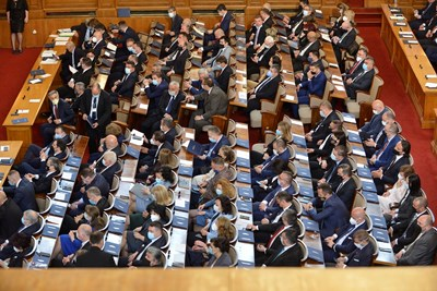 За 24 дни работа на този парламент някои депутати успяха да си вземат сътрудници.