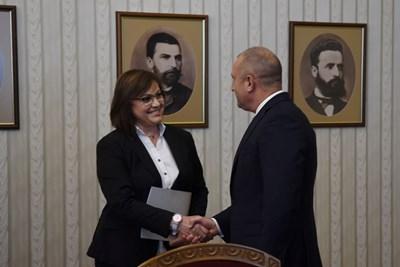 """Председателката на БСП Корнелия Нинова се ръкува с президента Румен Радев по време на консултациите на """"Дондуков"""" 2"""