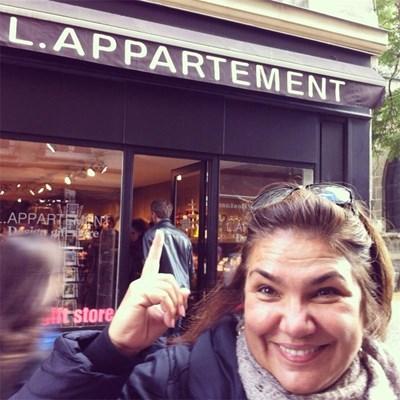 Пред магазин, който се казва като предаването по БНТ (в превод от фр. l'appartement - апартаментът).