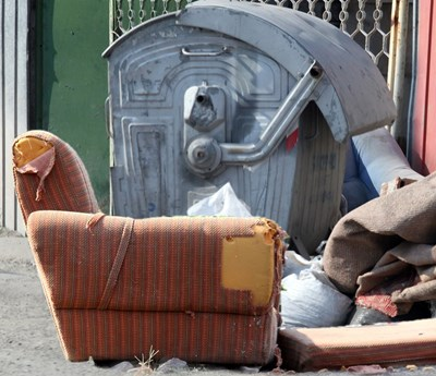 Мебелите трябва да се оставят до кофите за смет. СНИМКА: Румяна Тонeва
