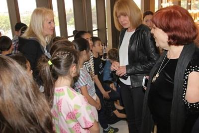 Кметът на София Йорданка Фандъкова се зарадва, че тази година базатът е посветен на детската книга СНИМКА: Снимки: Румяна Тонева
