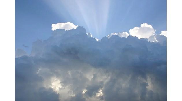 Облачно в неделя, на места ще превали