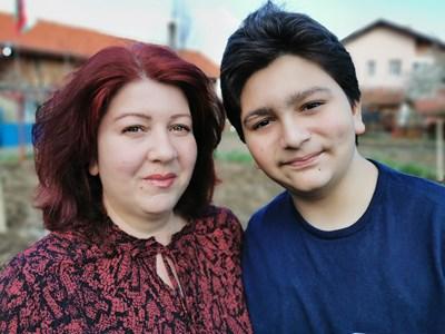 Милена Василева заедно със сина си Кирил, който се ражда с хемофилия.